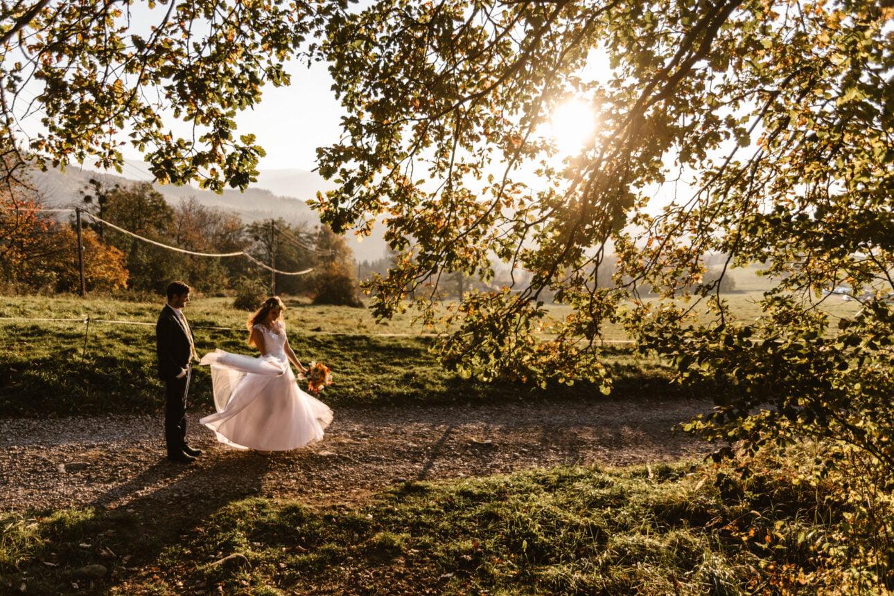 plener ślubny wgórach otulony wrześniowym zachodem słońca